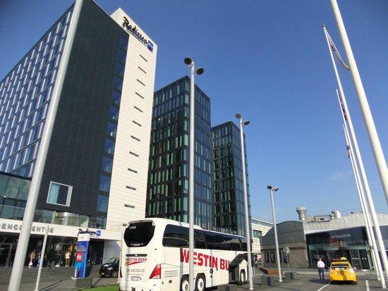 Radisson Blu Waterfront Hotel: 右手が駅の入り口、ホテルの目の前
