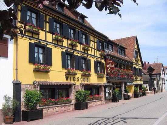 Hotel Arnold : L'Hôtel Arnold fleuri en été