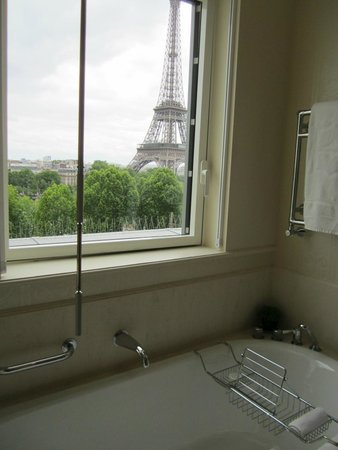 Shangri-La Hotel Paris: Eiffel Tower in view from room 62