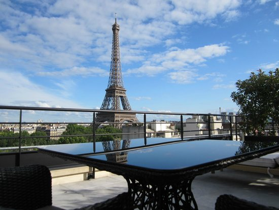 Shangri-La Hotel Paris: Table for 2 or 4 on the terrace of room 62