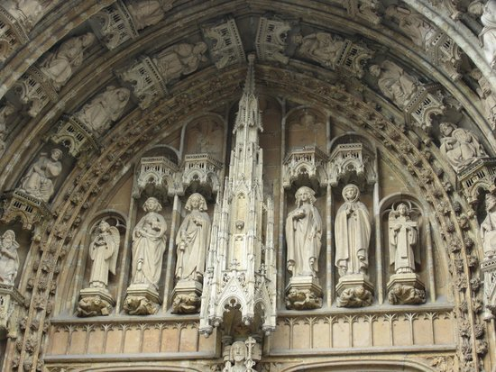 Notre Dame du Sablon : Above the entry way