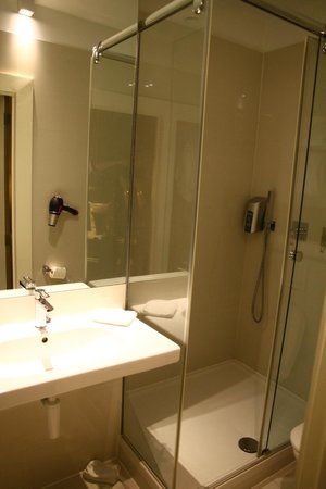 Hotel Neufchatel: Koupelna.