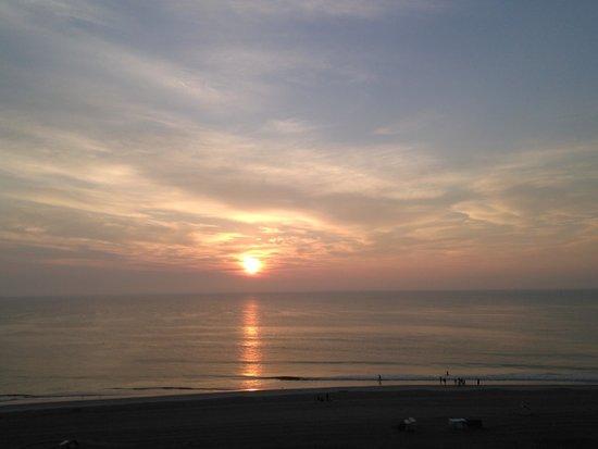 Hampton Inn Virginia Beach Oceanfront North: Sunrise from the oceanfront balcony