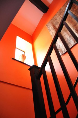The Mustard Seed at Echo Lodge: Dramatically painted stairwell