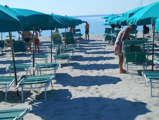 Club Hotel Torre Moresca : Lettini e ombrelloni dell'Hotel