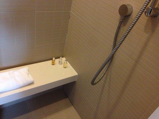 Studio M Hotel: Shower