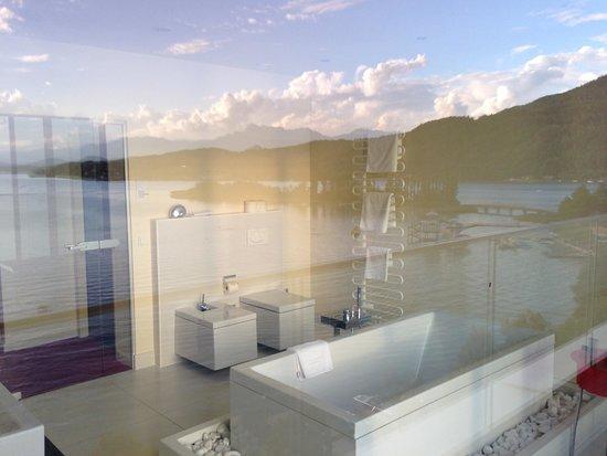 Parkhotel Pörtschach: Bagno dal terrazzo e riflesso il panorama
