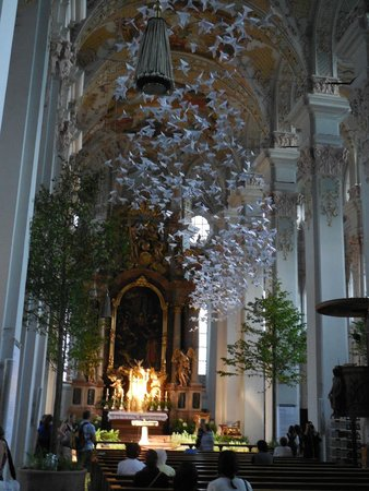 Holy Ghost Church: Splendido stormo di colombe origami