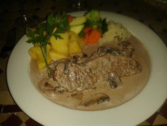 El Figon: Escalopines of sirloin steak in a mushroom and wine sauce and veg