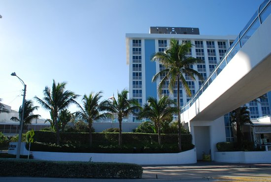 The Westin Beach Resort, Fort Lauderdale: Front of hotel facing the beach and beach walkway