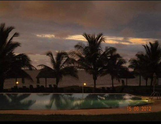 Gambia Coral Beach Hotel & Spa : Foto de la piscina, atardecer desde la terraza del bar