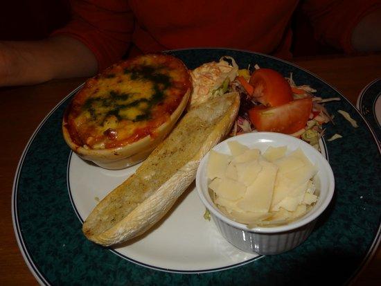 The Lade Inn: Lasagnes aux légumes, pain ciabatta à l'ail, parmesan, coleslaw et crudité
