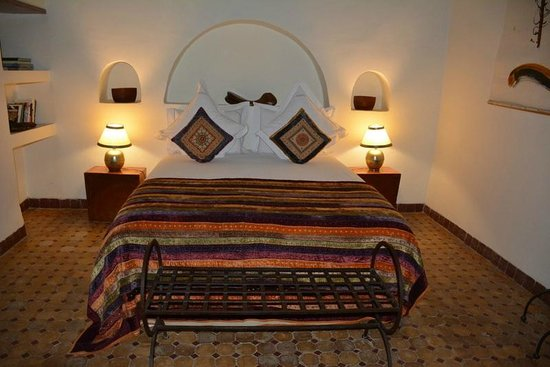 Riad Laaroussa Hotel and Spa : Our bed