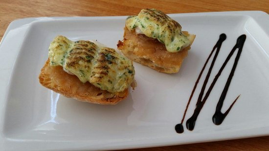 Gula: Tosta de bacalao con alioli y cebolla caramelizada