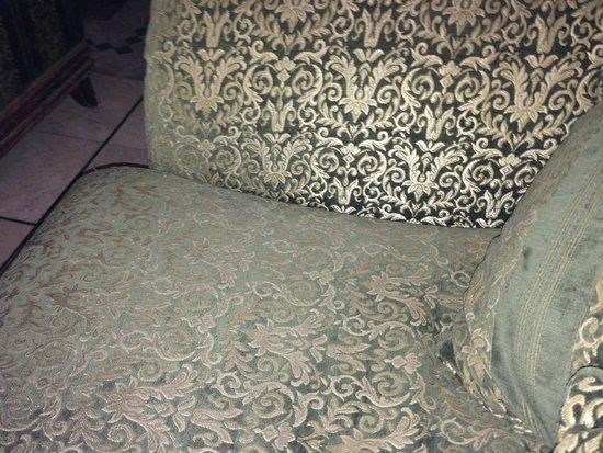 Ryad Mogador Al Madina: canapé reception poussiéreux