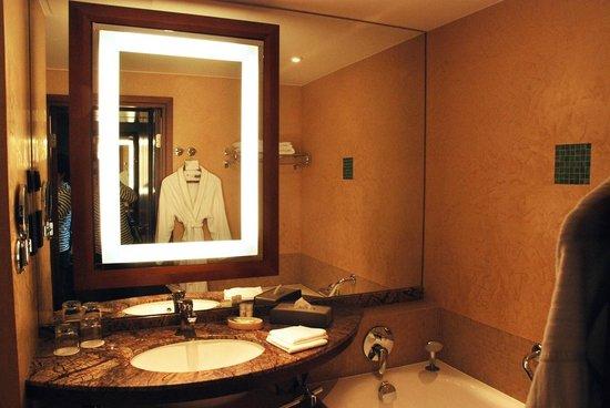 The Westin Warsaw: Bathroom. Nice.