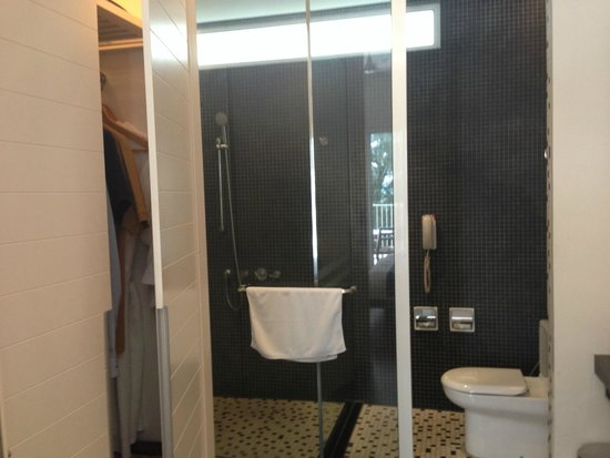 Lone Pine Hotel : Shower and Toilet