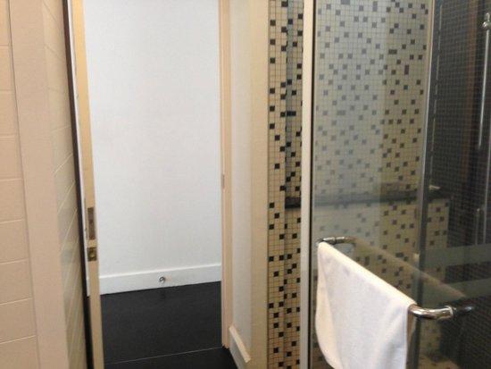 Lone Pine Hotel: Shower