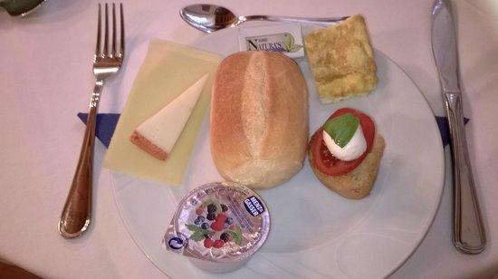 Albergo Il Rondo: Frühstück (man beachte die Mini-Caprese...)