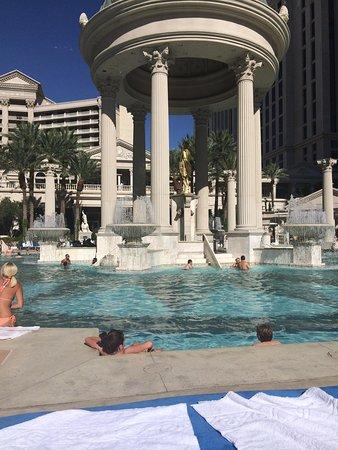 Caesars Palace: The pool was fabulous