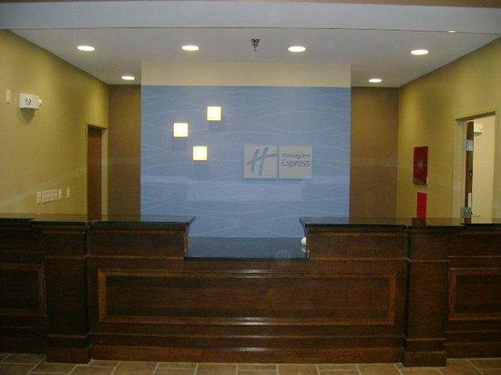 Holiday Inn Express Devils Lake : Front Desk