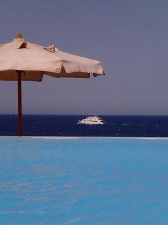 Citadel Azur Resort: vue sur la mer depuis la piscine