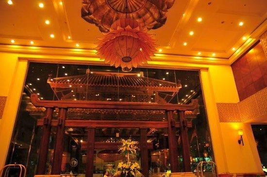 Imperial Hotel : 目を見張る豪華なロビー
