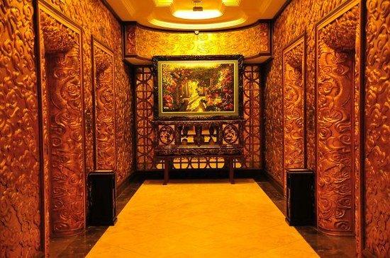 Imperial Hotel : 金ぴかなエレベーターホール