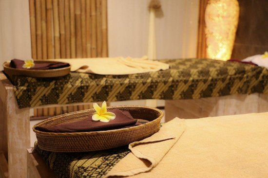 Skin Spa & Organic Waxing Salon: Treatment tables - sarongs - flowers