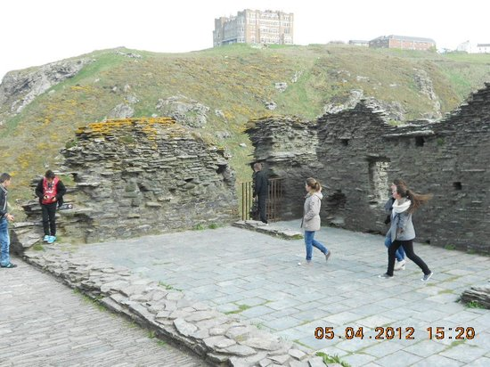 Tintagel Castle : Castle walls
