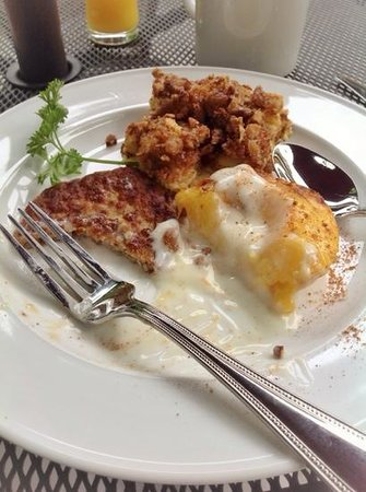 Twin Oaks Inn: Baked French toast with praline, grilled peach & sausage