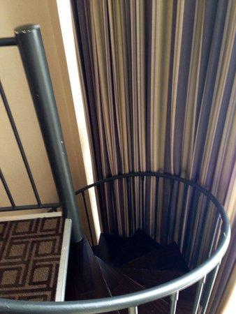 Omni Severin Hotel: Spiral stair case in room