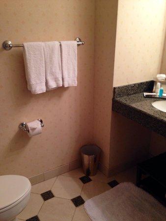 Omni Severin Hotel: Guest restroom upon entrance to room.