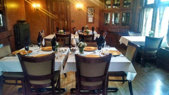 Cartier Mansion Bed & Breakfast: The dining room set for a beautiful breakfast