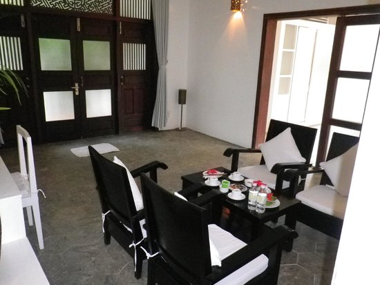 Hoi An Ancient House Resort & Spa : Eingangsbereich. Die Tür rechts führt ins Schlafzimmer.