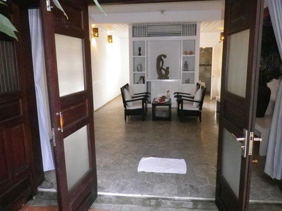 Hoi An Ancient House Resort & Spa : Blick von der Eingangstüre in den Eingangsbereich.