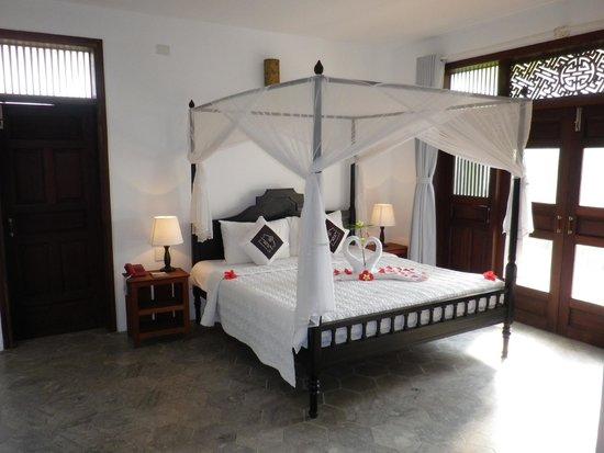 Hoi An Ancient House Resort & Spa : Blick vom Eingangsbereich ins Schlafzimmer.