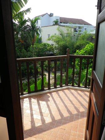 Hoi An Ancient House Resort & Spa: Blick vom Schlafzimmer zur Terrasse.