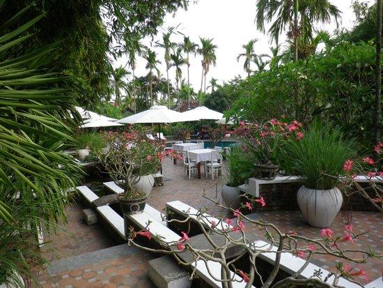 Hoi An Ancient House Resort & Spa: Aussenbereich beim Swimmingpool.