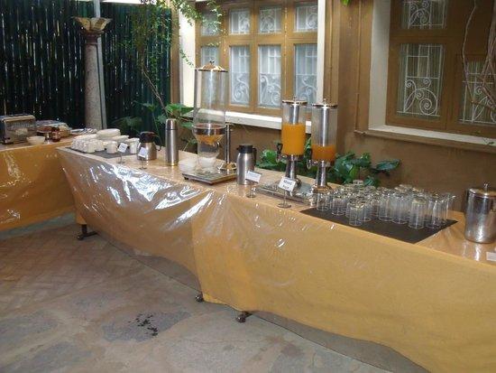 Hanu Reddy Residences Poes Garden : Breakfast bar beverages