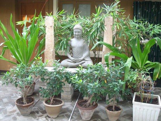 Hanu Reddy Residences Poes Garden : Approaching reception area
