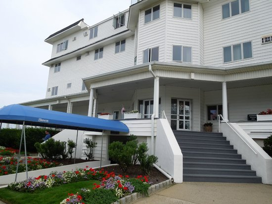 The Breakers on the Ocean : hotel - note stairs to main lobby.Lots of luggage, enter by blue awning long wait for elevator