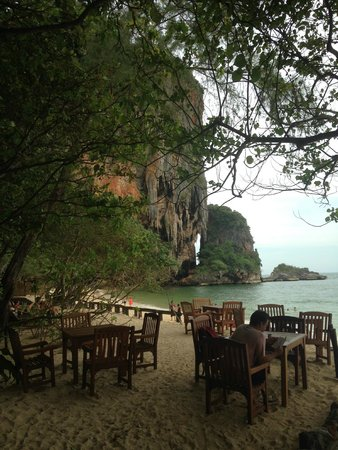 Rayavadee Resort : Restaurant by the beach