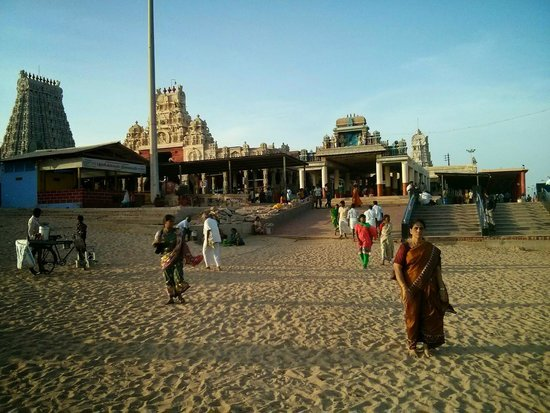 Thiruchendur, Indien: View of the temple from the Beach.