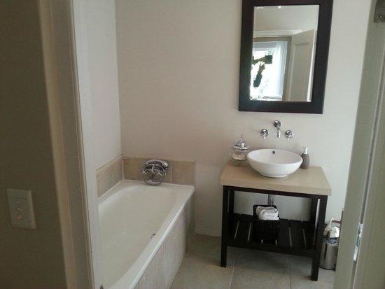 Ocean Eleven Guesthouse: bathroom for 2 bedroom apt.