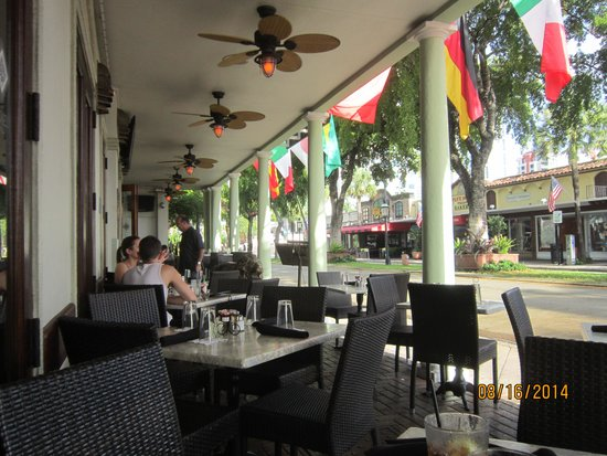 Riverside Hotel: A view of las Olas Blvd. from the breakfast cafe.