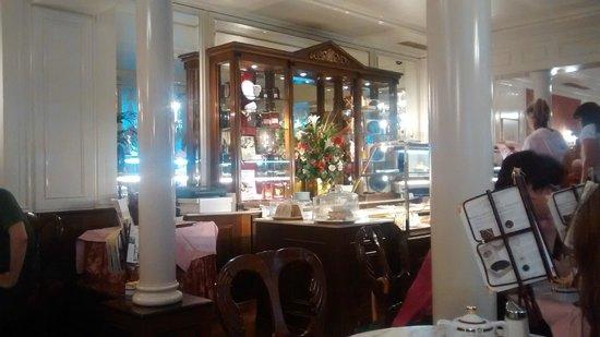 Café Sacher Salzburg: Vitrine de doces no centro do Salão