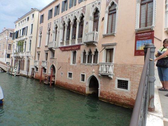 Liassidi Palace Hotel : Entrada al hotel desde el canal