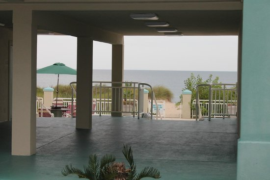 BEST WESTERN PLUS Holiday Sands Inn & Suites : Entrance to beautiful private beach-best part of hotel
