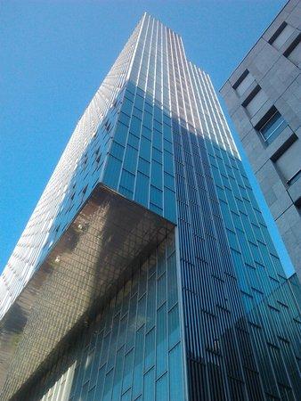 Meliã Barcelona Sky: Vu d'en bas vers le haut